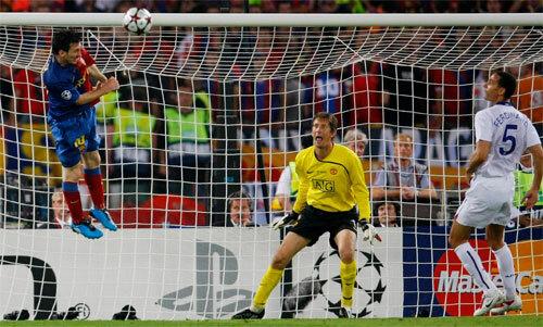Messi đánh đầu vào lưới Man Utd năm 2009. Ảnh: Reuters