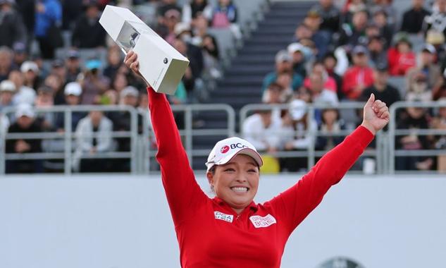 Jang mừng chức vô địch BMW Ladies Championship tại Busan hôm 27/10. Ảnh: Yonhap.