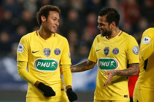 Neymar (trái) và Dani Alves khi còn khoác áo PSG. Ảnh: Reuters.