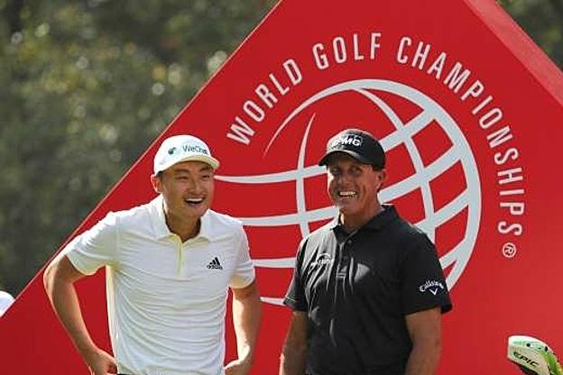 Li (trái) tái ngộ Mickelson tại Thượng Hải. Ảnh: AP.