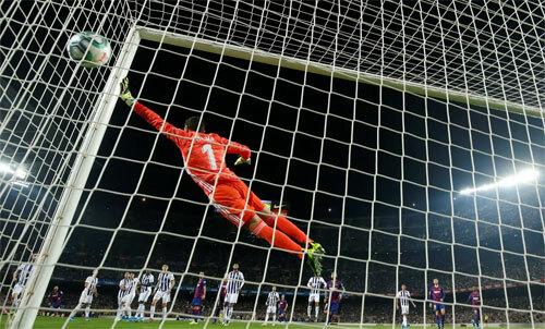 Thủ môn Valladolid bay hết tầm vẫn không thể ngăn Messi sút phạt ghi bàn. Ảnh: Reuters