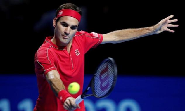 Federer đỡ bóng trong trận đấu với De Minaur ở giải ATP Basel hôm 27/10. Ảnh: Reuters.