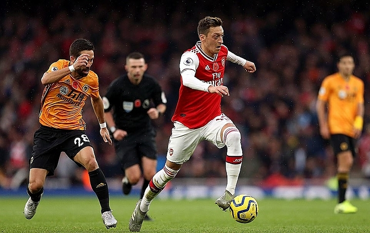 Ozil trở lại nhưng không thể giúp Arsenal thoát khỏi chuỗi trận tồi tệ. Ảnh: AP.
