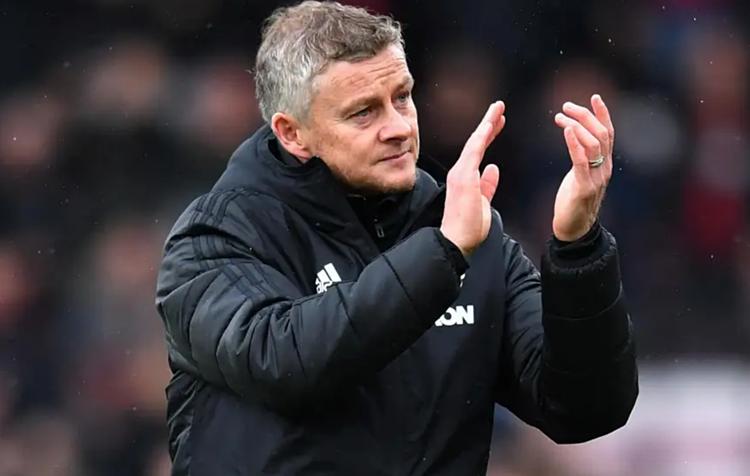 Solskjaer vẫy chào các CĐV Man Utd sau trận đấu đáng thất vọng trên sân của Bournemouth. Ảnh: Reuters.