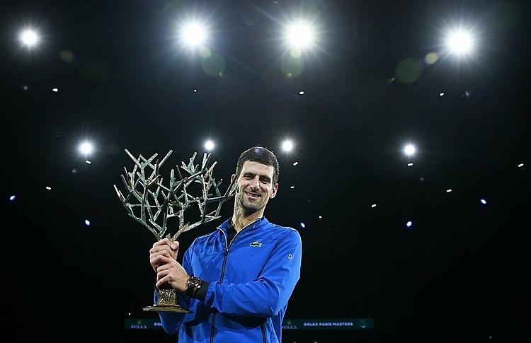 Djokovic mừng chức vô địch thứ năm tại Paris Masters. Ảnh: AP.