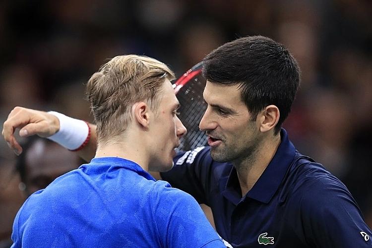 Djokovic (phải) toàn thắng Shapovalov trong bốn lần đối đầu. Ảnh: AP.