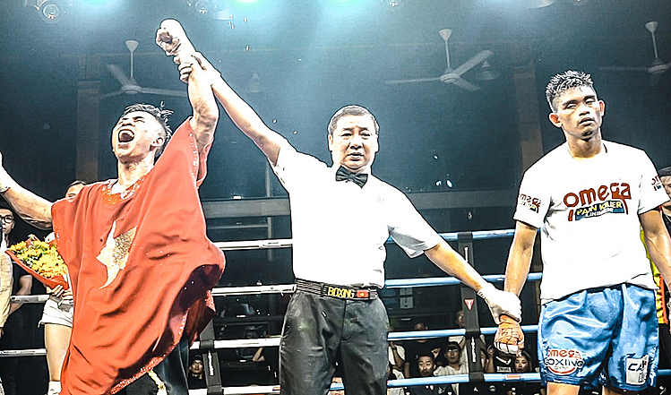 Văn Thảo (trái) được trọng tài đồng thuận xử thắng sau màn trình diễn thuyết phục trước võ sĩ Philppines.