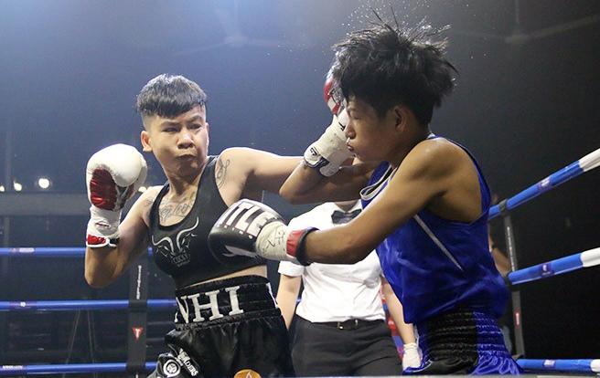 Thu Nhi (trái) ra đòn liên tiếp khiến đối thủ choáng váng và dễ dàng gục ngã. Ảnh:Anh Lê.