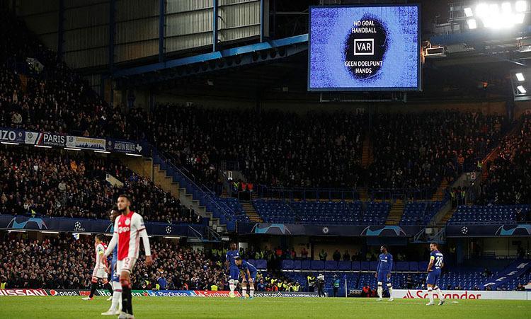 VAR báo bóng chạm tay Abraham trước khi Azpilicueta sút bóng vào lưới Ajax ở phút 78. Ảnh: Reuters.