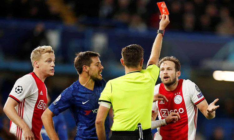 Trọng tài rút thẻ đỏ đuổi Blind. Ảnh: Reuters.