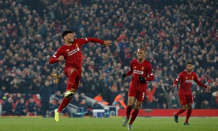 Oxlade-Chamberlain mang về chiến thắng cho Liverpool khi ghi bàn ấn định tỷ số 2-1. Ảnh: Reuters.