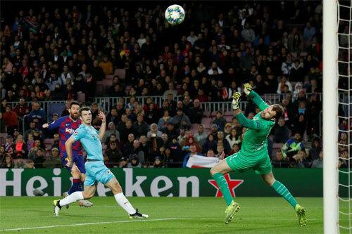 Thủ môn Kolar có một trận xuất sắc trước Messi và đồng đội. Ảnh: Reuters