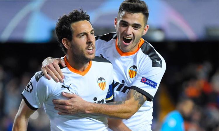Thủ quân Dani Parejo (trái) mừng bàn gỡ 1-1 sau quả đá 11 mét. Ảnh: EFE.