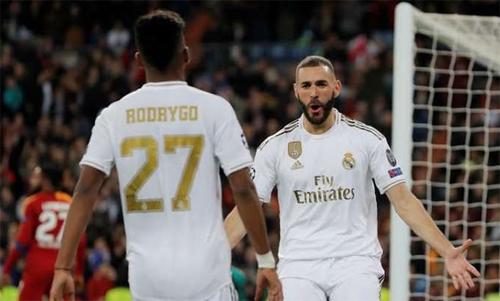 Benzema (phải) là một trong những cầu thủ ghi bàn nhiều nhất lịch sử Real. Ảnh: Reuters