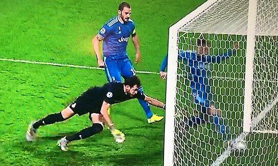 Ramsey chạm bóng ngay trên vạch vôi, khiến Ronaldo không thể có bàn thắng đầu tiên từ đá phạt trực tiếp cho Juventus. Ảnh: