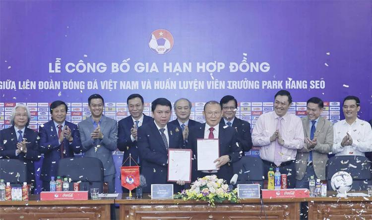 HLV Park Hang-seo trong lễ ký hợp đồng mới với VFF tại Hà Nội sáng 7/11. Ảnh: Lâm Thỏa.