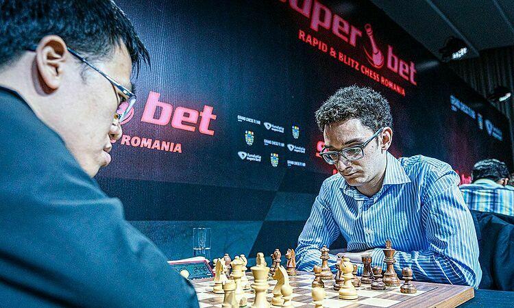 Quang Liêm (trái) tính sót nước trước Caruana. Ảnh: Lennart Ootes.