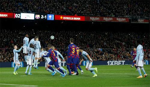 Messi sút phạt trực tiếp hai lần để đáp trả một lần của đối thủ.