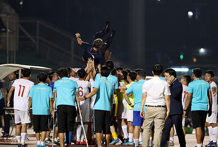 HLV Troussier lý giải việc U19 Việt Nam câu giờ - ảnh 2