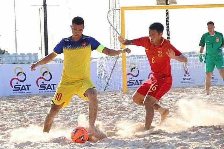 Thủ quân Tấn Anh (trái) ghi một bàn quan trọng, giúp Việt Nam đánh bại Trung Quốc ở trận đấu chiều 13/11 tại Thái Lan.