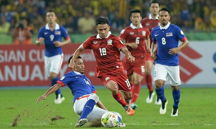 Thái Lan (áo đỏ) thua Malaysia 2-3 ở chung kết lượt về AFF Cup 2014, nhưng thắng tổng tỷ số4-3. Ảnh: AFP.