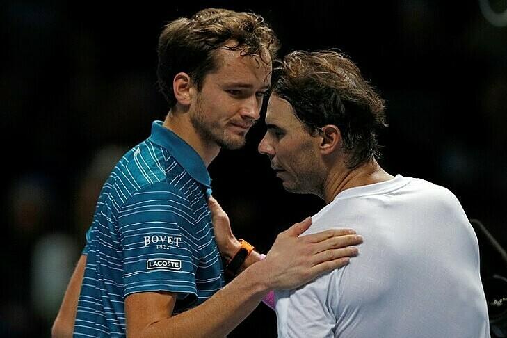 Nadal (phải) cảm thấy tiếc cho Medvedev. Ảnh: La Croix.