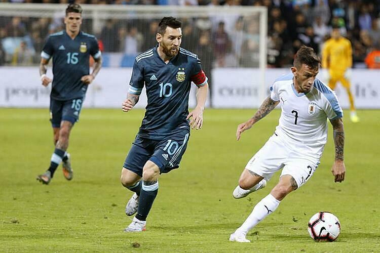 Messi (số 10) ghi 70 bàn cho đội tuyển quốc gia, chỉ thua Pele (77) tại Nam Mỹ. Ảnh: EFE.