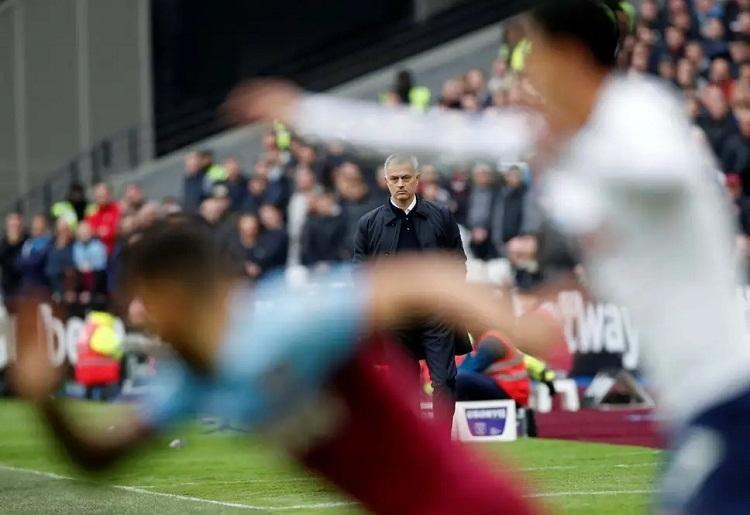 Giành chiến thắng trong trận đầu cầm quân nhưng Mourinho không hài lòng với màn thể hiện của các học trò ở cuối hiệp hai. Ảnh: Reuters.