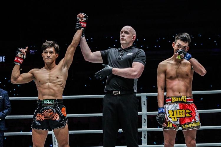 Duy Nhất (trái) khởi đầu suôn sẻ ở ONE Championship với hai chiến thắng.
