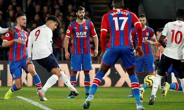 Firmino (số 9) đệm bóng ấn định chiến thắng 2-1 cho đội khách Liverpool. Ảnh: Reuters.