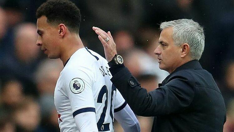 Mourinho khích lệ Dele Alli - một trong những cầu thủ chơi hay nhất của Totteham hôm qua. Ảnh: Sky.