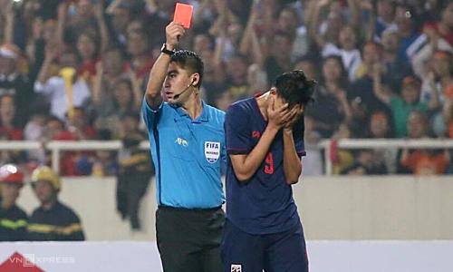 Supachai nhận thẻ đỏ trực tiếp sau khi đánh Đình Trọng. Ảnh: Lâm Thoả.