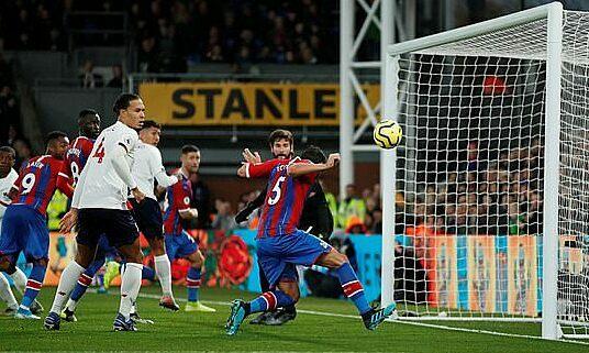 Tomkins (số 5)đánh đầu vào lưới nhưng không được công nhận bàn thắng. Ảnh: Reuters.