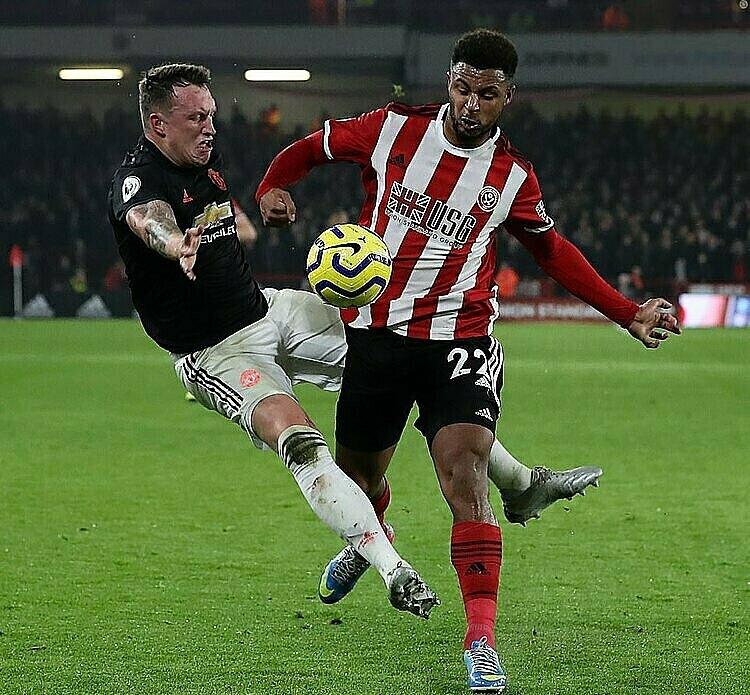 Pha tranh chấp thất thế của Jones dẫn đến bàn thua đầu tiên của Man Utd. Ảnh: Sports Mail.