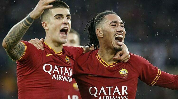 Smalling (phải) mừng bàn thắng cùng Mancini. Ảnh: AS Roma Calcio.