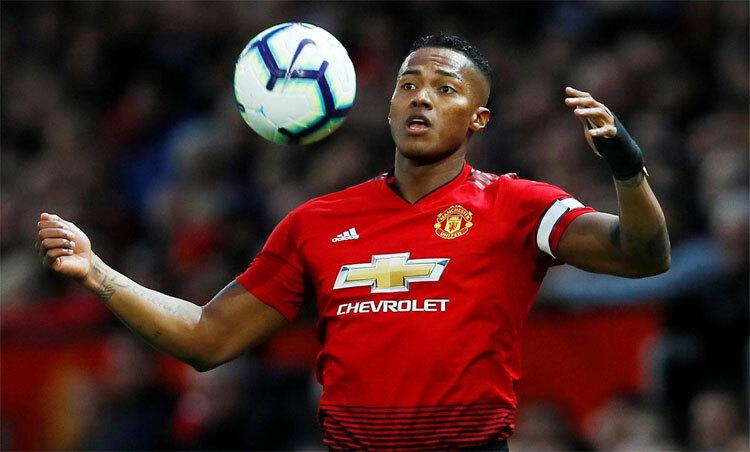 Valencia đau khổ khi Man Utd chưa thể trở lại đỉnh cao. Ảnh: Reuters