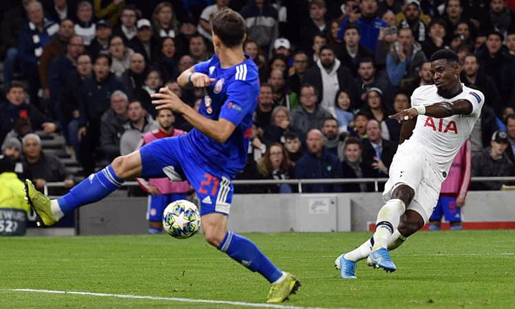 Aurier sút xa đẹp mắt, đưa Tottenham vươn lên dẫn 3-2. Ảnh: Shutterstock.