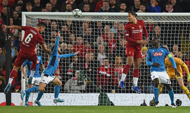 Lovren (số 6) thắng Mertens trong pha không chiến để gỡ hòa cho Liverpool. Ảnh: AFP.