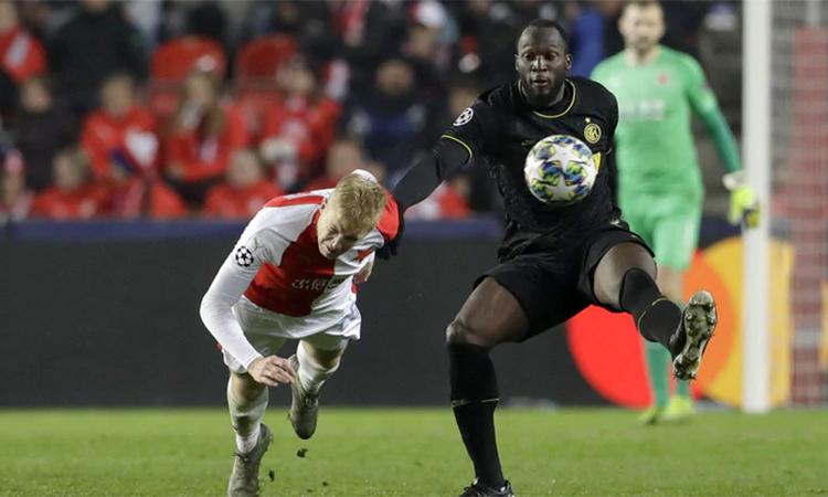 Lukaku (phải) ghi một bàn và đóng góp hai kiến tạo giúp Inter thắng 3-1. Ảnh: AP.