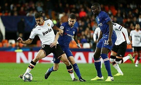 Chelsea (áo xanh) và Valencia cống hiến trận đấu đôi công mãn nhãn. Ảnh: Reuters.