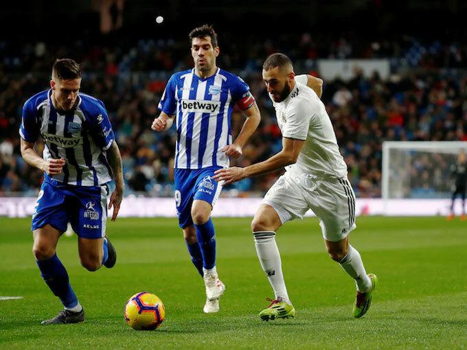 Hàng thủ Alaves chăm sóc Benzema một cách cẩn thận. Ảnh: Reuters