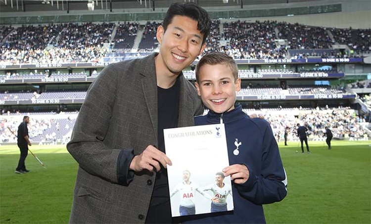 Cậu bé nhặt bóng ăn trưa cùng Tottenham - ảnh 1