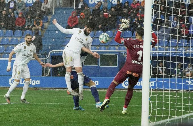 Tình huống Isco đánh đầu trước khi Carvajal lao vào đá bồi ngay trên vạch vôi.