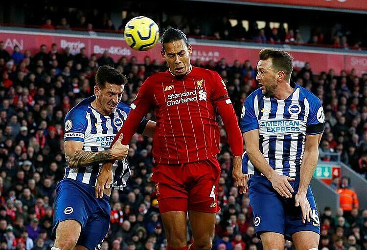 Van Dijk (đỏ) bật cao hơn Dunk trong bàn nâng tỷ số lên 2-0. Ảnh: EPL.