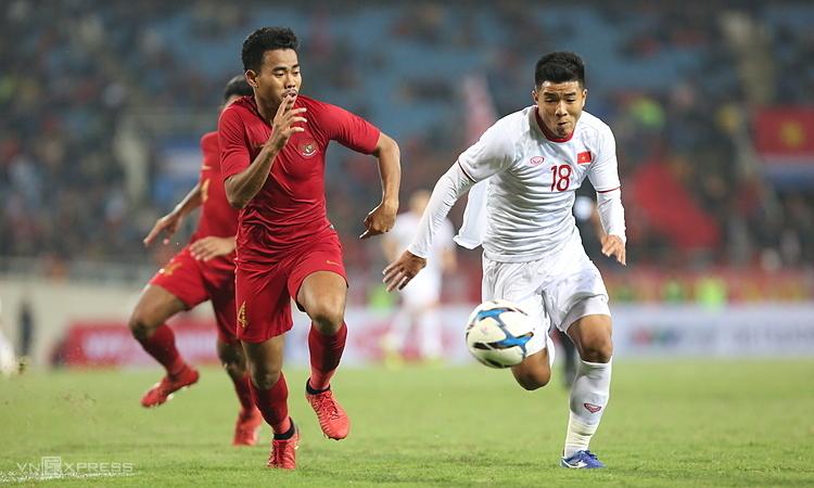 Việt Nam (áo trắng)thắng nghẹt thở Indonesia ở lần chạm trán gần nhất, vòng loại U23 châu Á tháng 3/2019. Ảnh: Xuân Bình.