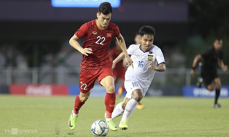 Việt Nam (áo đỏ) là câu điểm 10 vớiIndonesia. Ảnh: Đức Đồng.
