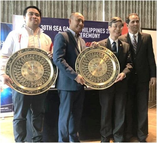 Đại diện Pinaco (thứ hai phải sang)trao tặng đồng hồ mang biểu tượng trống đồng cho ban tổ chức SEA Games 2019 trong lễ ký kết trở thành nhà tài trợ Bạch Kim.