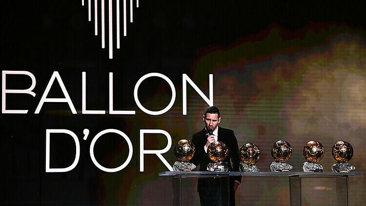 Messi phát biểu bên sáu Quả Bóng Vàng. Ảnh: AFP.