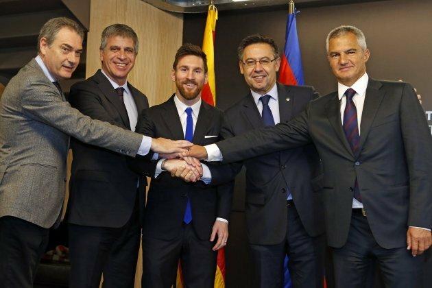 Bordas (phải) chụp ảnh cùng Chủ tịch Barca Josep Bartomeu(thứ hai từ bên phải) và Messi. Ảnh:FCB.