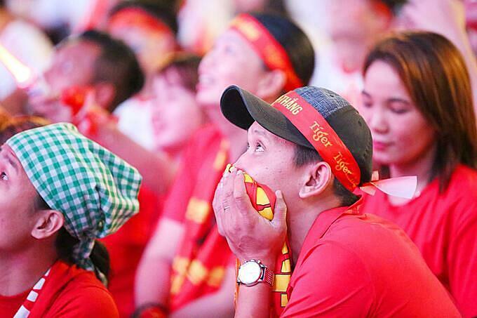 Người hâm mộ TP HCM vỡ òa trước chiến thắng Singapore - ảnh 3